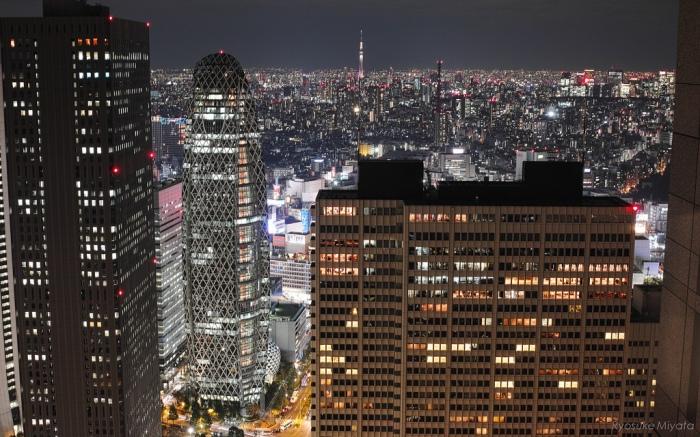 展望台上的景色-新宿高樓&晴空塔 圖片取自https://www.flickr.com/photos/ryom2003/8147959601/