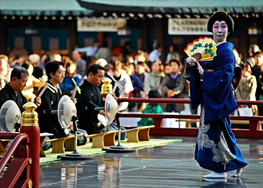 圖為明治神宮50週年祭典,取自http://ko.fotopedia.com/items/flickr-3230648013
