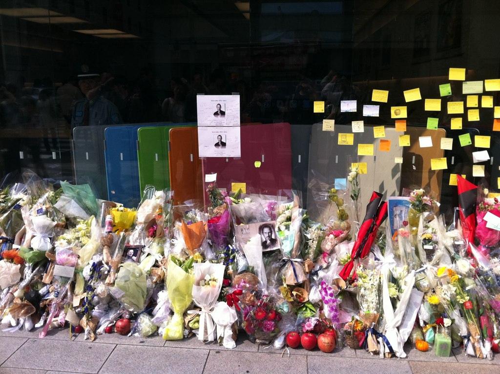 2011年10月,Apple Store Ginza成為果粉弔念賈伯斯的所在 大家送來鮮花、留言、蘋果與被咬了一口的蘋果 圖片取自https://www.flickr.com/photos/maru3/6227062218