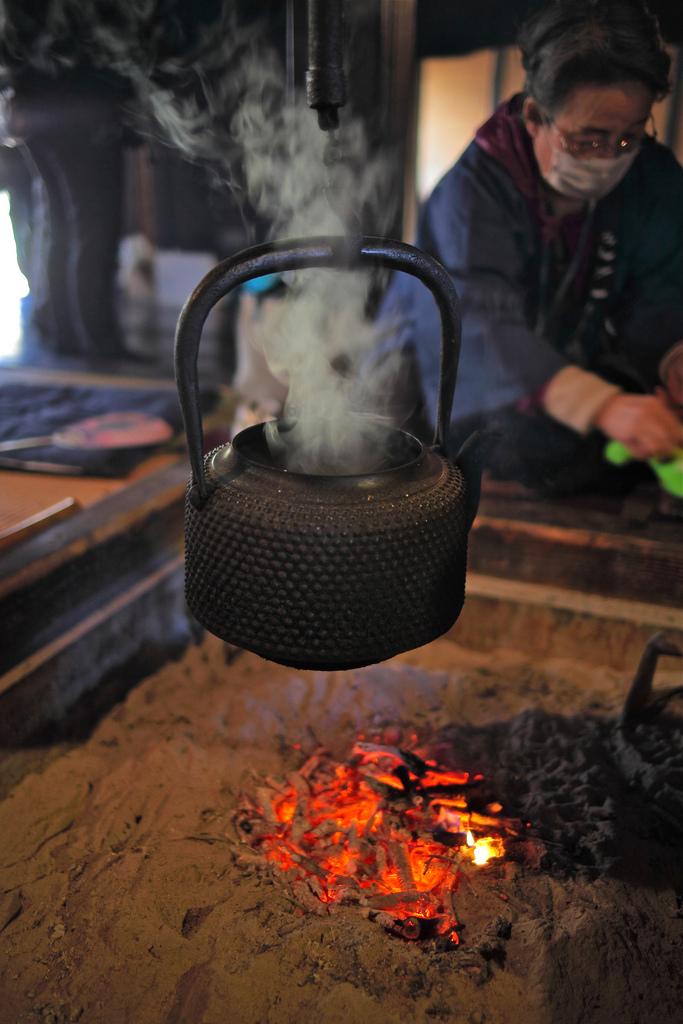 日本傳統的火爐「囲炉裏」,有暖房、烹煮、照明等功用 圖片取自https://www.flickr.com/photos/nam2_7676/7089540559