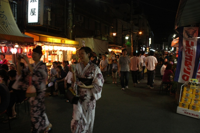 日本民眾穿著浴衣前往觀賞煙火,煙火施放處附近有眾多攤販,宛如夜市一般! 圖片取自:https://www.flickr.com/photos/shok/3756567067/